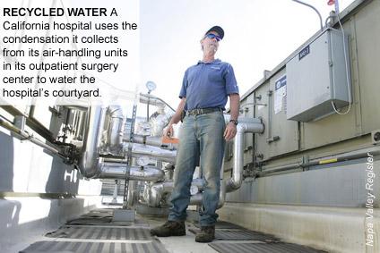 ÁGUA RECICLADA Um hospital da Califórnia usa a água de condensação resultante de suas unidades de tratamento de ar em seu centro de cirurgia ambulatorial para irrigar o pátio.